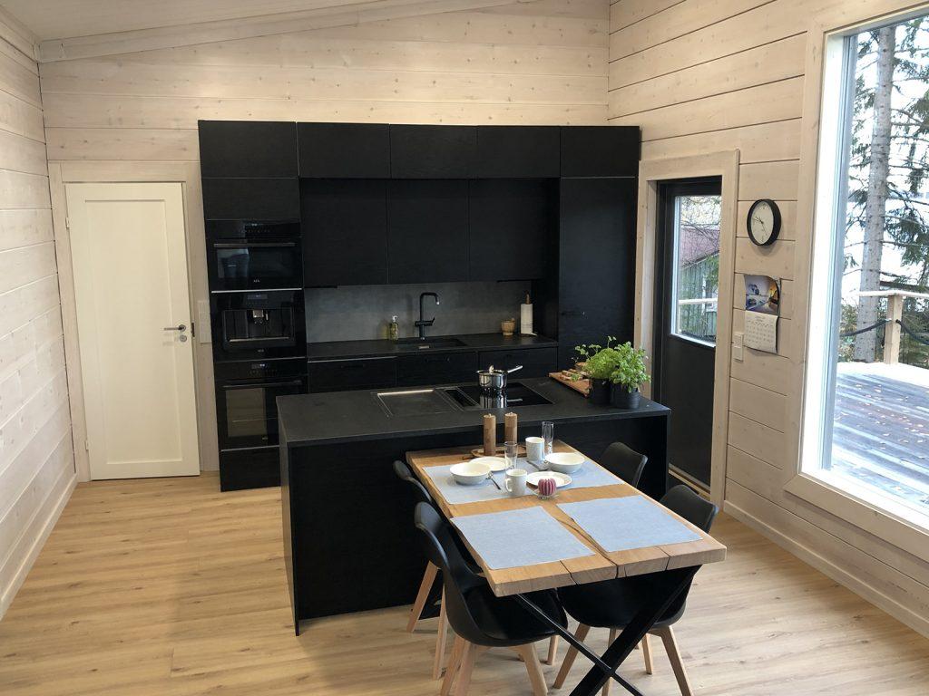Marko Vesaikon mökin keittiö